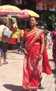 インドの歩く女性